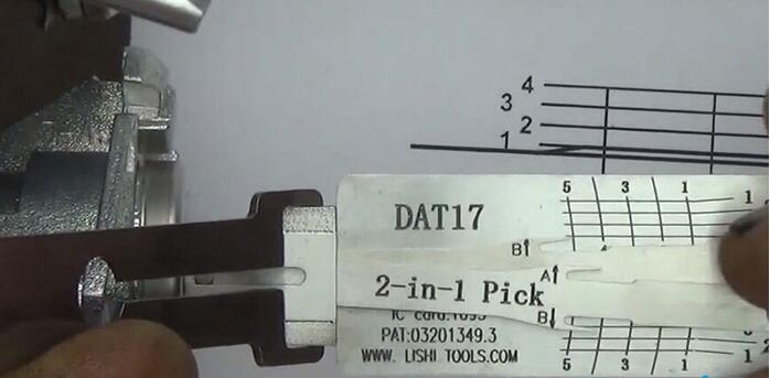 how-to-use-Lishi-DAT17-2in1-Pick-Decoder-Tool-14